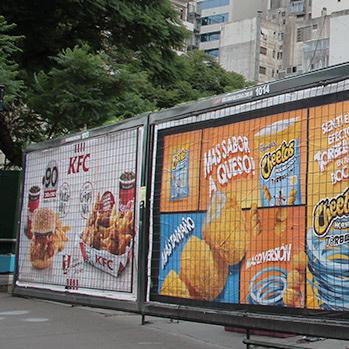 carteles en la via publica